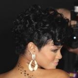 Rihanna luce pendientes con pelo corto