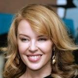 Kylie Minogue con pendientes para un look muy formal