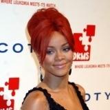 Rihanna, fiel a su estilo, luce pendientes