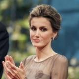 La princesa Letizia, muy elegante con recogido y pendientes