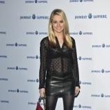 Amanda Hearst con transparencias y falda de cuero