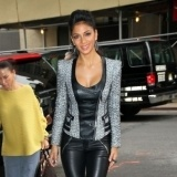 Nicole Scherzinger dulcifica el look g�tico con chaqueta de tejido combinado