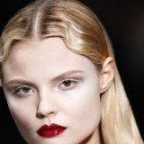 Maquillaje Viktor&Rolf en piel nude y labios rojos