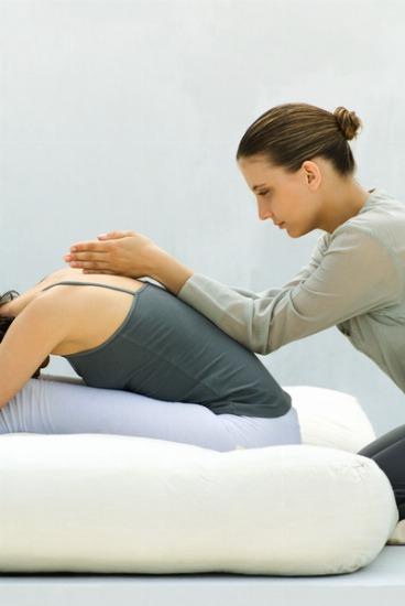 El Reiki ayuda a eliminar síntomas como el dolor de cabeza y de espalda