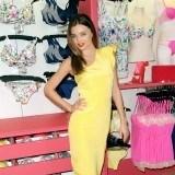 Miranda Kerr con vestido asim�trico en una de las tiendas de Victoria�s Secret