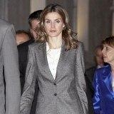 La princesa Letizia con blazer gris de su traje formado por chaqueta y pantal�n