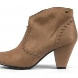 Bot�n en color marr�n con tachuelas como tendencia en moda calzado primavera-verano 2013