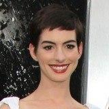 Anne Hathaway con corte pixie como tendencia en peinados
