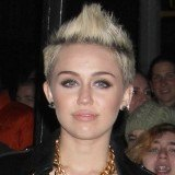 Miley Cyrus con corte de pelo corto y tup�, tendencia en peinados