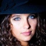 Maquillaje de ojos en azul turquesa, perfecto para ojos claros