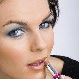 Labios discretos en el maquillaje de ojos en azul