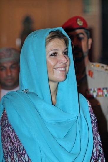 La princesa Máxima de Holanda con velo azul en su última visita a Omán