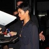 Rihanna con cabello muy corto en color negro