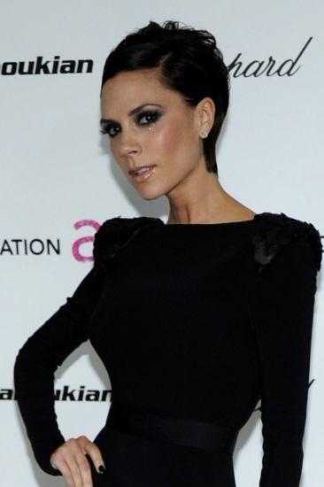 Victoria Beckham con pelo corto, raya al lado en color negro