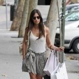 Sara Carbonero con una falda gris de compras por Madrid