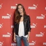 Sara Carbonero con un look casual compuesto por jeans y cazadora de cuero
