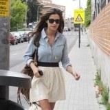 Sara Carbonero con look casual y camisa denim