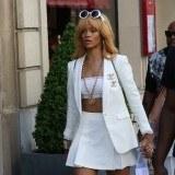 Rihanna apuesta por la minifalda acampanada