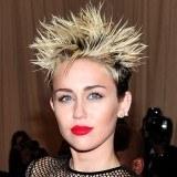 Miley Cyrus luce un precioso pintalabios rojo intenso