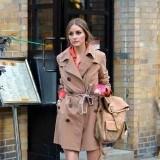 Olivia Palermo pasea con la gabardina cl�sica en tonos marrones