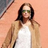Paula Echevarr�a lleva la cl�sica camisa blanca con bordados