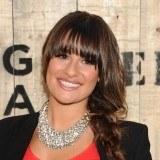 Lea Michele sujeta su larga melena en una trenza ladeada y un recto flequillo