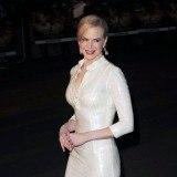 Nicole Kidman radiante con un vestido ajustado de largo midi