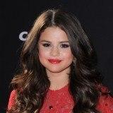 Selena G�mez combina su vestido rojo con unos labios del mismo color