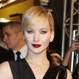 Jennifer Lawrence, labios burdeos que resaltan con su pelo rubio y su tez clara