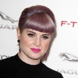 Kelly Osbourne presume de labios llamativos con ropa negra