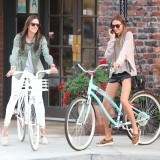 Alessandra Ambrosio se mueve por la ciudad con mucho estilo �y en bicicleta!