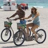 Kelly Brook y su novio David McIntosh montando en bicicleta en Miami