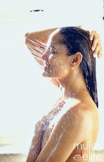 El cabello no debe lavarse con agua muy caliente y se recomienda que el último aclarado se haga con agua fría
