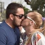 Bel�n Esteban y Miguel Marcos se besan en p�blico sellando su amor frente a las c�maras