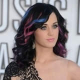 Katy Perry luce mechas rosas y azules