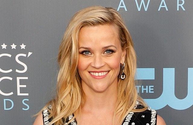 Foto Reese Witherspoon, ejemplo de rostro triangular con raya a un lado