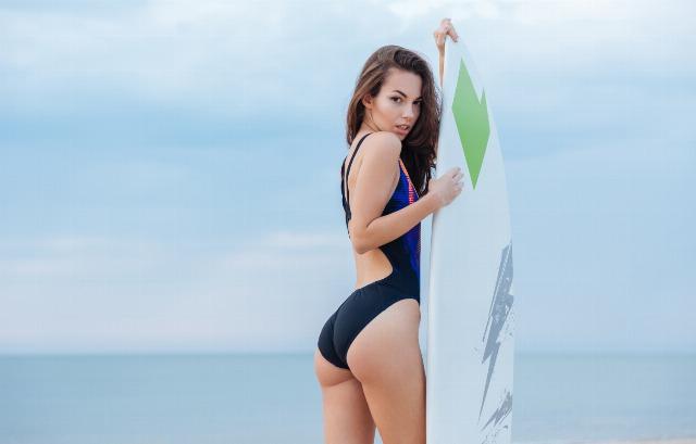 Foto Disfruta de los deportes de agua como el surf y luce cuerpazo