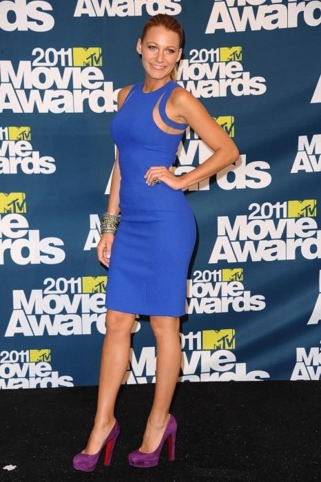 Vestido azul electrico zapatos fucsia