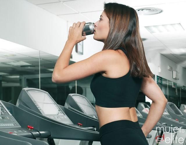 Foto Beber antes, durante y después del ejercicio físico es necesario para evitar riesgos
