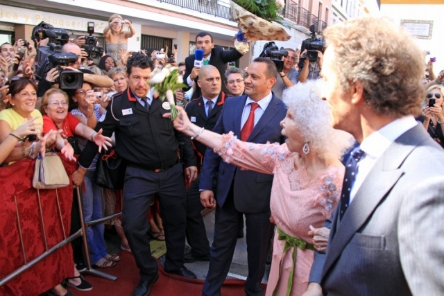 Foto Doña Cayetana de Alba, dispuesta a tirar su ramo de flores