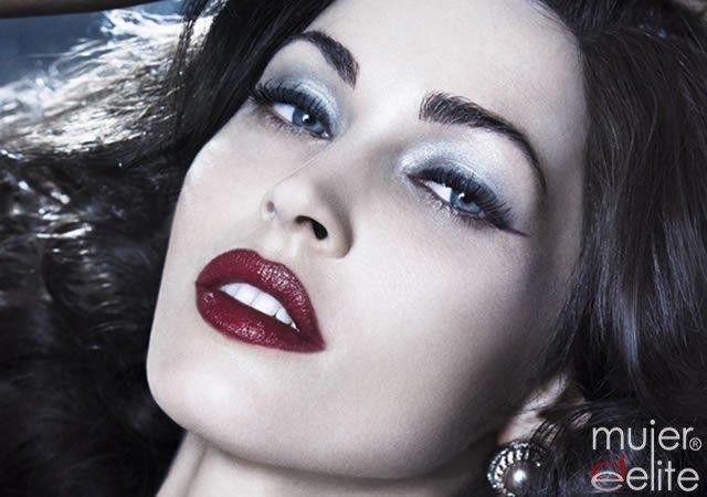 Foto Megan Fox con labios en rojo granate con matices borgoñas