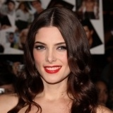 Ashley Greene, muy sexy con labios rojos