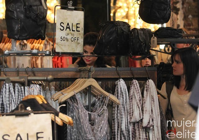 Foto Selena Gómez aprovecha las rebajas
