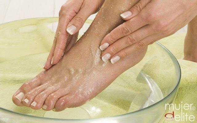 Foto Exfolia tus pies una vez por semana para mantenerlos suaves y tersos
