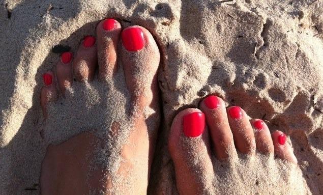 Foto Camina descalza sobre la arena de la playa para cuidar y embellecer tus pies