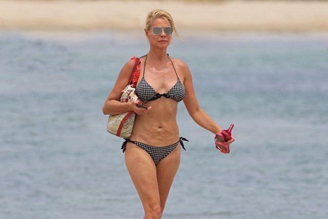 Foto Belén Rueda, discreta y a la moda con un bikini de cuadros vichy