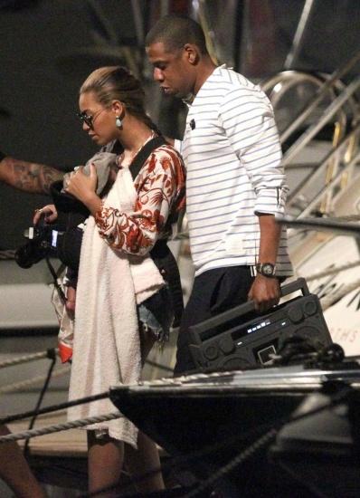Foto Blue Ivy, hija de Beyoncé y JayZ, y su pan bajo el brazo