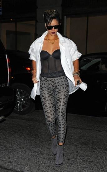 Foto Rihanna, siempre sexy, en leggings y corsé