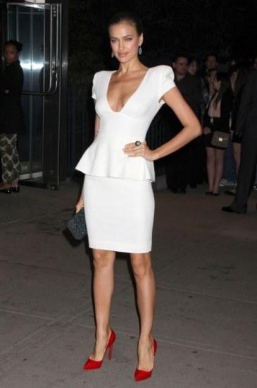 Foto Irina Shayk realza su figura con un vestido blanco con peplum en un estreno en Nueva York