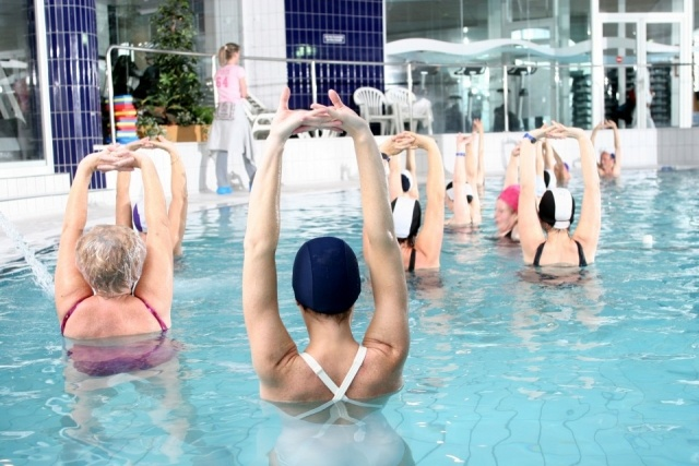 Divirtete y consigue una figura 10 con los deportes de for Ejercicios en la piscina